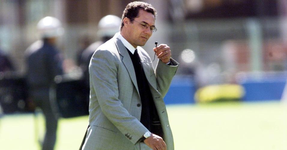 Vanderlei Luxemburgo tira fone de ouvido no invervalo do jogo entre Corinthians e Independiente, pela Copa Mercosul, no Pacaembu (29/07/2001)