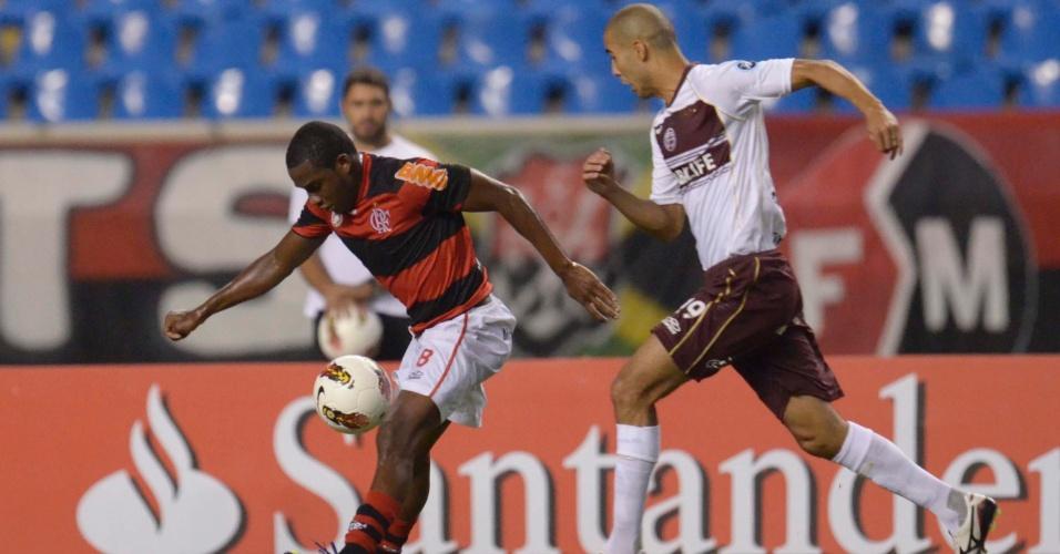 Willians briga pela bola na partida entre Flamengo e Lanús (12/04/12)