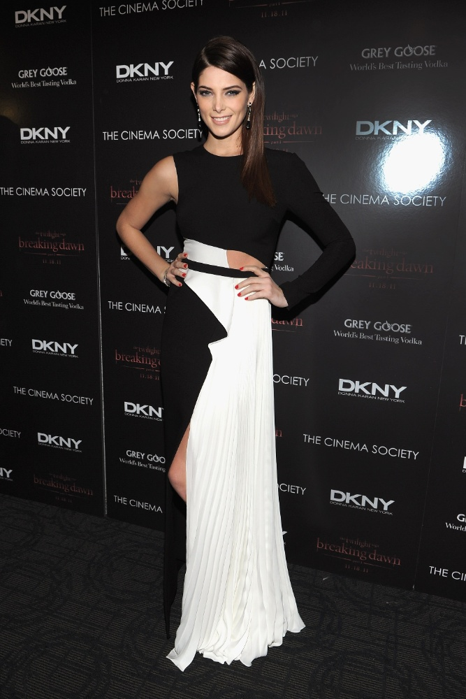 """A atriz de """"Crepúsculo"""" Ashley Greene usou um modelo branco e preto geométrico e assimétrico que revelava uma das laterais de sua cintura"""
