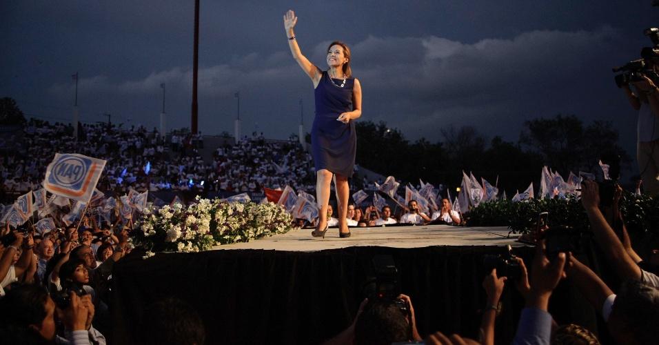 A candidata presidencial pelo Partido da Ação Nacional (PAN), acena para militantes durante comício em Monterrey, no México