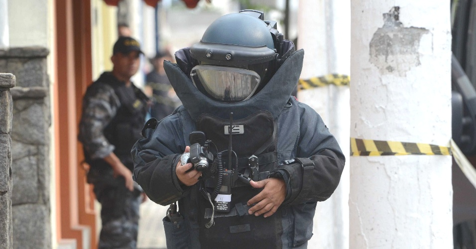 Agente do esquadr&#227;o antibombas do Gate (Grupo de A&#231;&#245;es T&#225;ticas Especiais) se prepara para inspecionar um suposto artefato explosivo deixado dentro de uma sacola no Instituto Carvalho, localizado rua Coronel Ortiz, em Santo Andr&#233;, na Grande S&#227;o Paulo