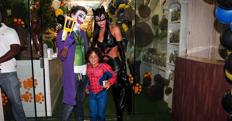 Alex ao lado da mãe, Michelle Umezu e de um figurante fantasiado de Coringa (13/4/2012)