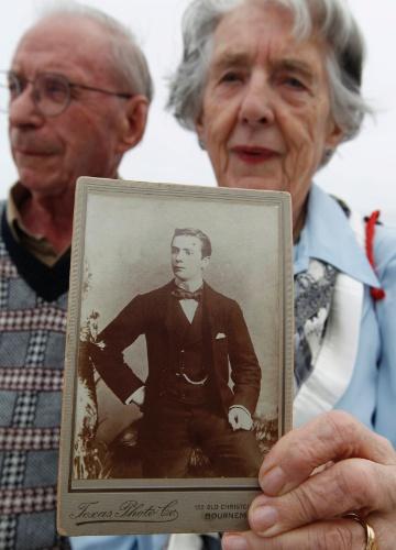 Ao lado do marido David, Patricia Watt mostra uma foto de seu avô, George Mackie, morto no naufrágio do Titanic, em 1912. Mackie fazia parte do grupo de mordomos do navio