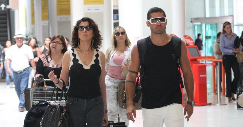 Após anunciar o término do namoro com Laisa nesta manhã, ex-BBB Yuri é fotografado ao lado da atriz Claudia Alencar em aeroporto, em São Paulo (13/4/12)