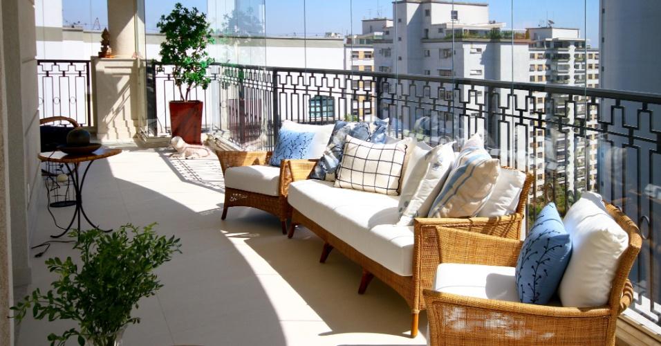 Com a vista para a cidade, a varanda é o ponto alto do projeto de decoração assinado pela arquiteta e designer Silvia Bitelli, no Jardim França, em São Paulo. Móveis de fibra e plantas dão aconchego ao espaço