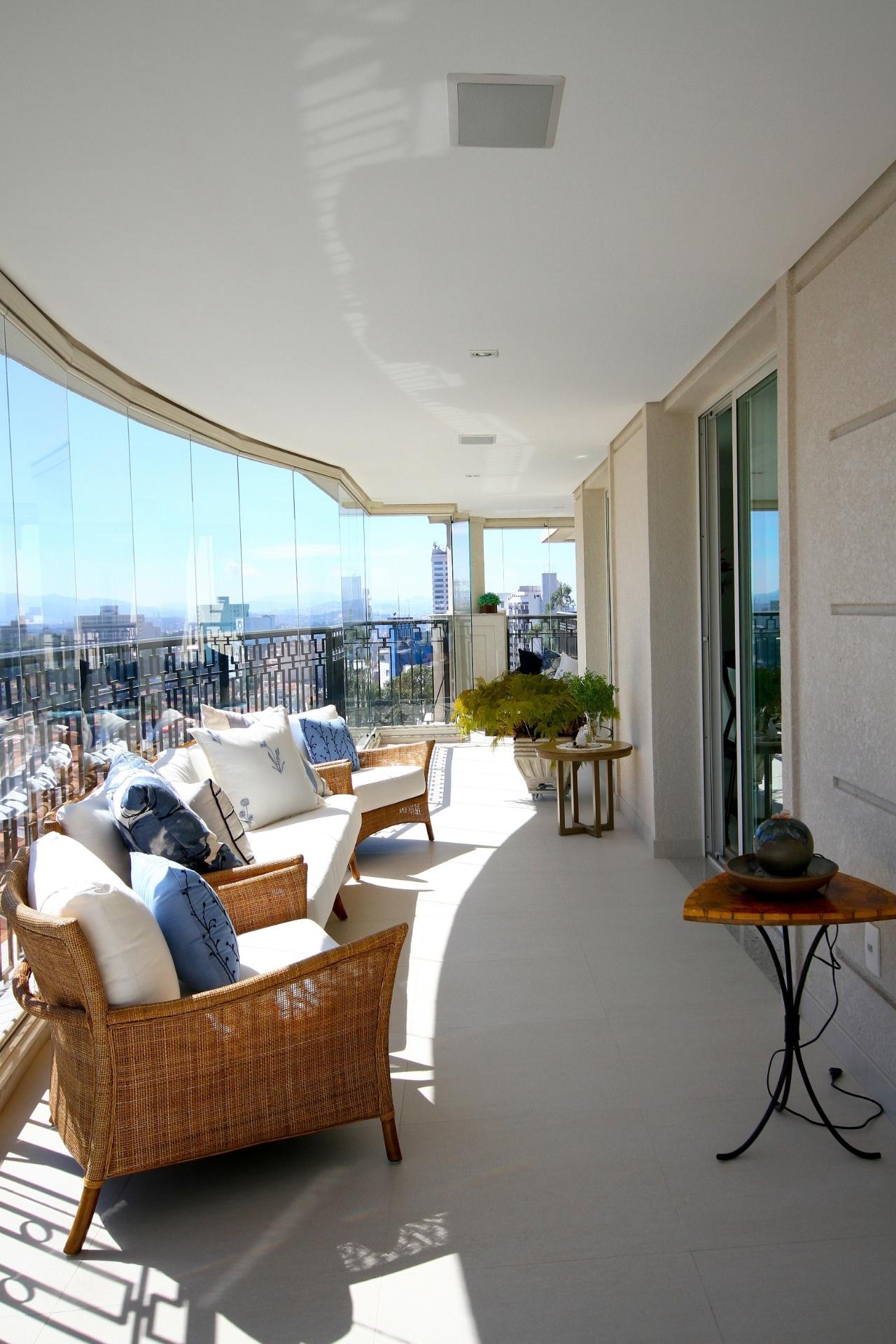 Com a vista para a cidade, a varanda é o ponto alto do projeto de decoração assinado pela arquiteta e designer Silvia Bitelli, no Jardim França, em São Paulo. Móveis de fibra e plantas dão aconchego ao espaço fechado por painéis de vidro