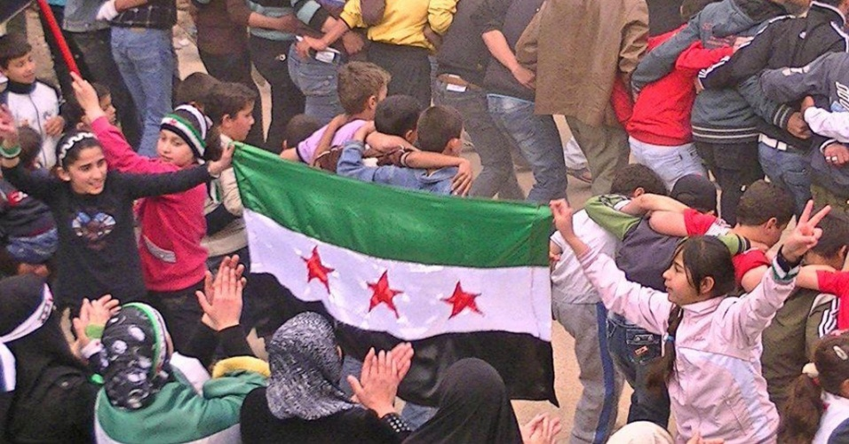 Crian&#231;as participam de protesto contra o governo na cidade de Daraa, na S&#237;ria