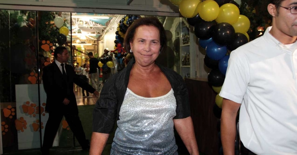 Dona Sonia, mãe de Ronaldo, chega à festa do neto (13/4/2012)