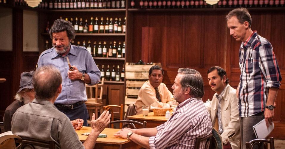 Em sentido anti-horário: Joaquim de Almeira (de pé), Pietro Mário, José Wilker (de costas), Zeca Cenociz, o diretor Marcos Jorge e Munir Kanaan durante gravação de