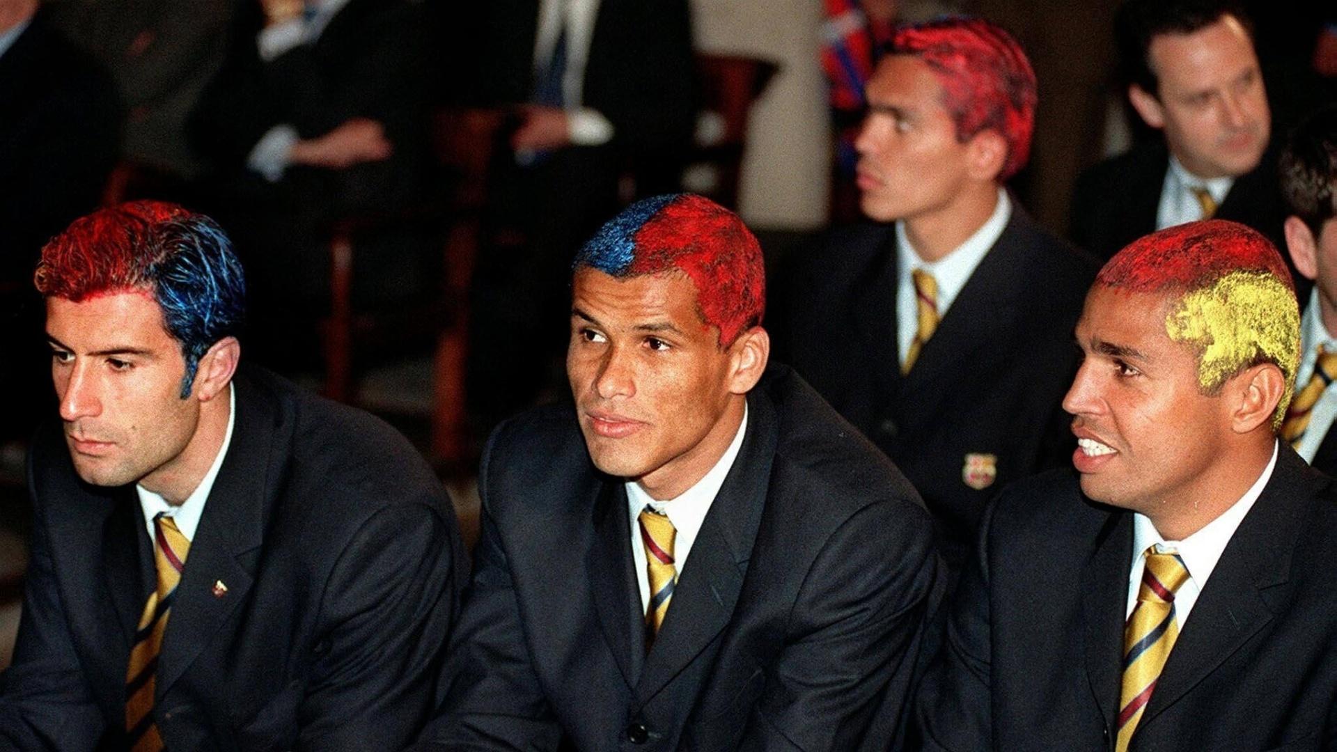 Figo, Rivaldo, Sonny Anderson e Giovanni (ao fundo) aparecem de cabelos pintatos com as cores do Barcelona durante evento após a conquista do Campeonato Espanhol 1998 (19/04/1998)