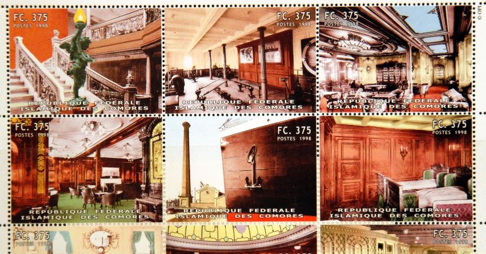 Foto mostra cartela de selos das Ilhas Comores com estampas do Titanic que formam parte da coleção de Kenneth Mascarenhas