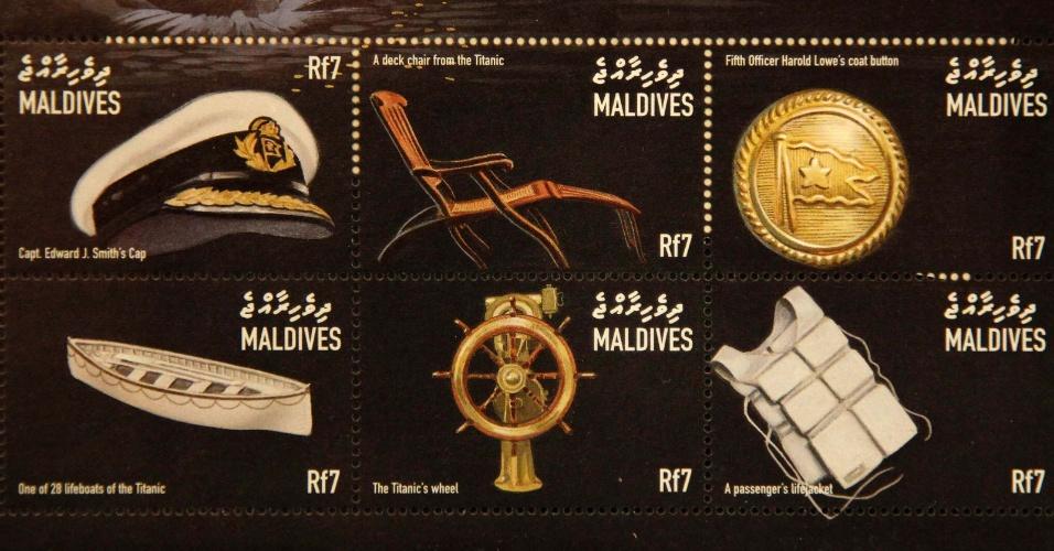 Foto mostra cartela de selos das Maldivas com estampas do Titanic que formam parte da coleção de Kenneth Mascarenhas, um dos passageiros do cruzeiro memorial que refaz o trajeto do navio histórico