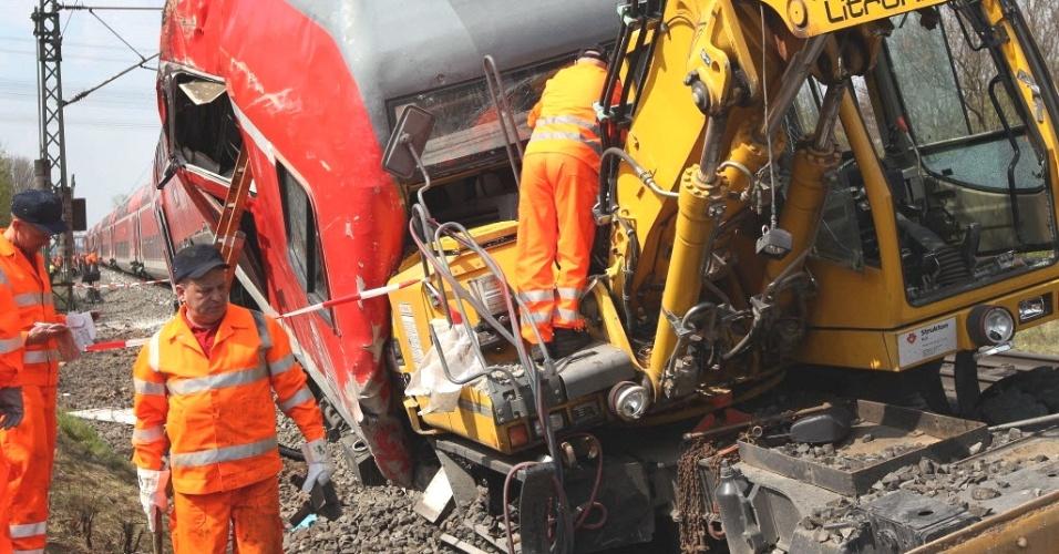 Homens trabalham em local de acidente na cidade de Mullheim am Main, na Alemanha, onde três pessoas morreram e três ficaram feridas após um trem colidir com um veículo usado em obras