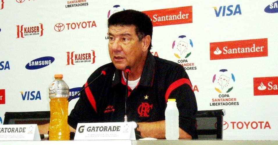 Joel Santana procura explicações para eliminação do Flamengo durante entrevista após o jogo