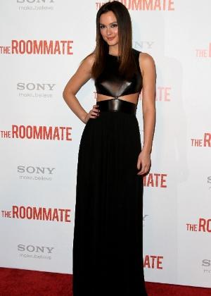 """Leighton Meester, da série norte-americana """"Gossip Girl"""", foi uma das primeiras a aderir à tendência dos vestidos com recortes estratégicos. A atriz usou um longo preto com top de couro e recortes na cintura, que criam uma ilusão de afinar a silhueta"""