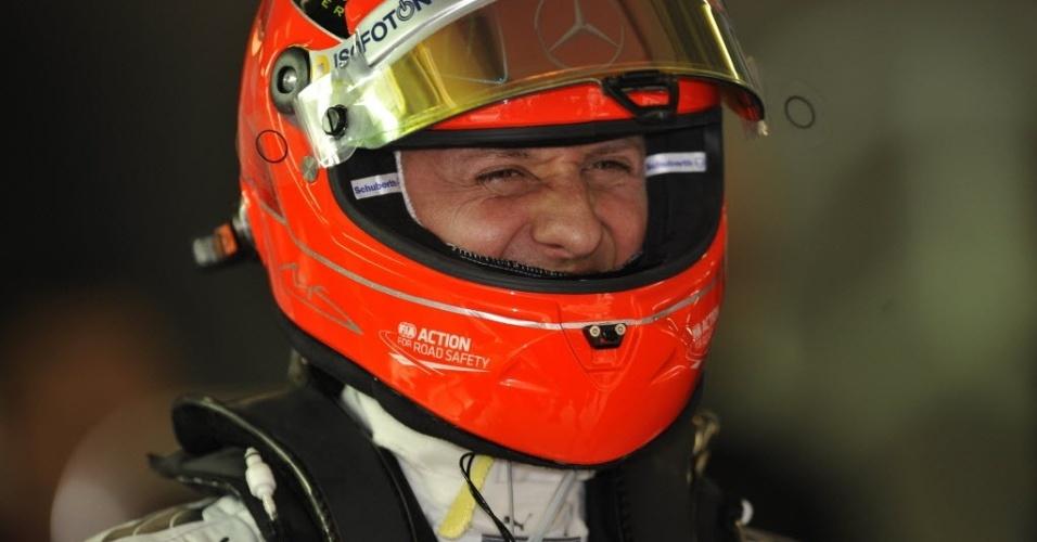 Michael Schumacher sorri durante treinos livres para o GP da China