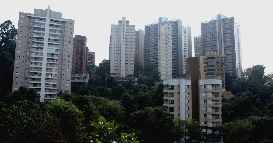 Ministério Público quer demolir 30 prédios no bairro do Morumbi, zona sul de São Paulo. Segundo promotores, os imóveis foram erguidos em Área de Preservação Permanente (APP), ficam próximos de córregos e nascentes d?água e ocupam zona de Mata Atlântica nativa