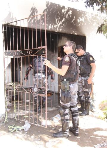 Movimentação policial na quinta-feira (12) no imóvel onde trio teria matado ao menos duas mulheres, em Garanhuns (PE)