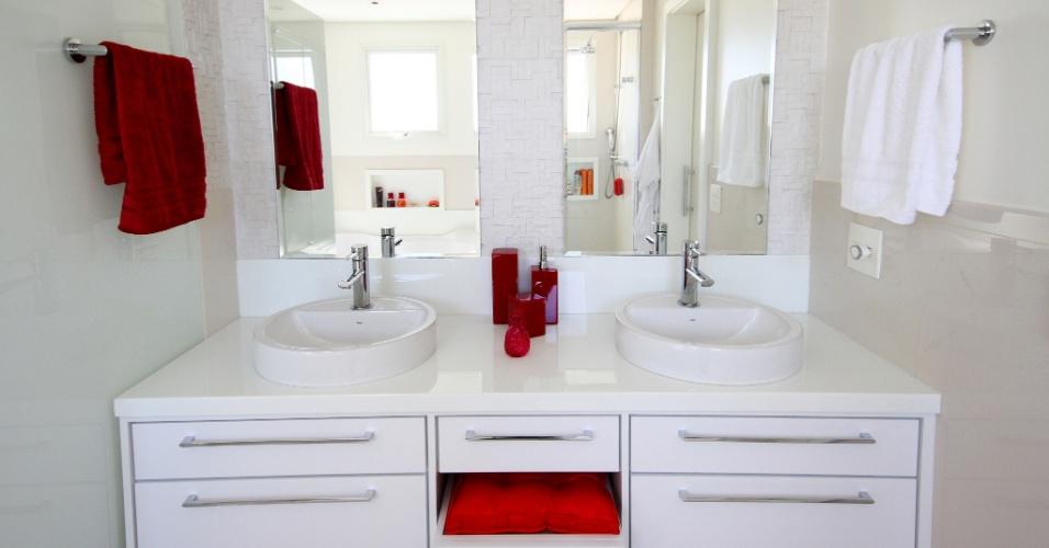 No banheiro da suíte máster do apartamento no Jardim França, em São Paulo, cubas apoiadas no gabinete. O projeto de interiores é da arquiteta Silvia Bitelli
