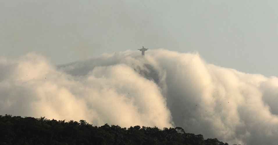 Nuvens envolviam a est&#225;tua do Cristo Redentor, principal cart&#227;o postal do Rio, na tarde desta sexta-feira (13)