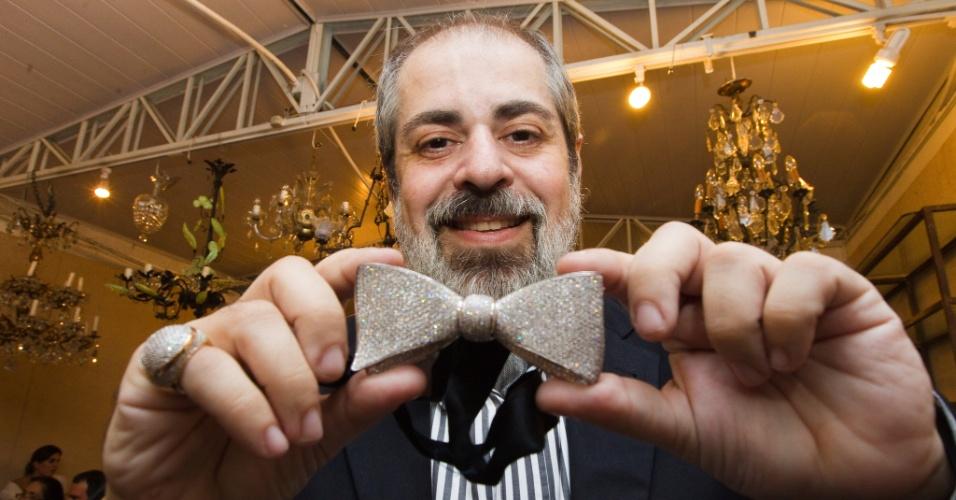 12.abr.2012 - O arquiteto Luiz Pedro Scalise arrematou a gravata de ouro branco com diamantes por R$46 mil. O lance inicial foi de R$10.860. O leilão dos objetos pessoais do ex-deputado Clodovil Hernandes, foi realizado no espaco Casa 8, nos Jardins, em São Paulo, na quinta-feira (12)