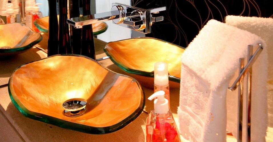 uol decoracao lavabo:parede e pia que remete ao desenho de uma concha enobrecem este lavabo