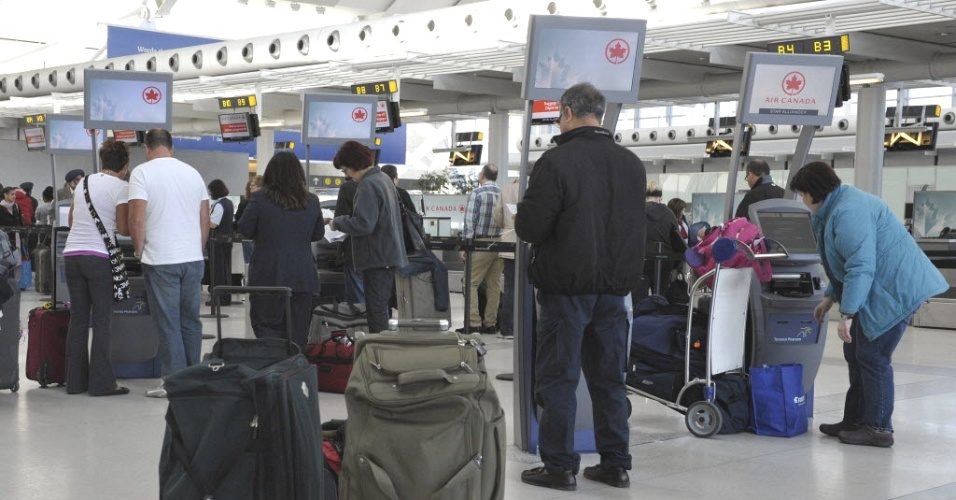 Passageiros da empresa aérea Air Canada fazem fila no check-in do aeroporto internacional de Pearson, em Toronto (Canadá). A companhia cancelou ao menos 30 voos nesta sexta-feira (13) após desentendimentos entre a empresa e alguns pilotos, que ligaram doentes mesmo estando em condições de trabalhar