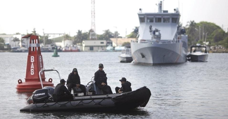 Policiais patrulham porto próximo ao centro de convenções onde começa no sábado (14) a Cúpula das Américas, em Cartágena (Colômbia)