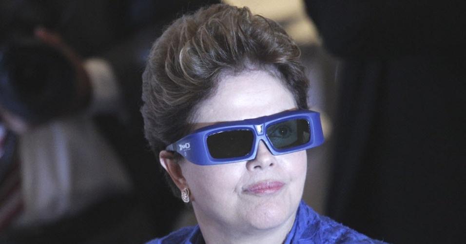 Presidente Dilma Rousseff usa óculos 3D durante exibição de programa de apoio à competitividade da indústria, em visita à Confederação Nacional da Indústria, em Brasília