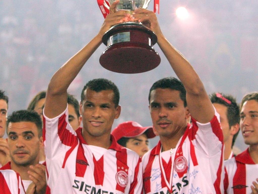 Rivaldo (e) e Giovanni comemoram conquista do Campeonato Grego pelo Olympiacos (27/05/2005)