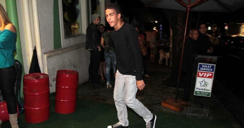 Ronald, filho de Ronaldo com Milene Domingues, chega à festa do irmão (13/4/2012)