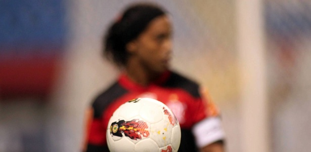 Mesmo com Ronaldinho Gaúcho longe, Flamengo segue com problemas financeiros
