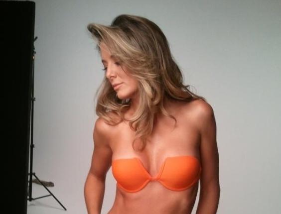 Ticiane Pinheiro posa usando biquíni (13/4/2012)