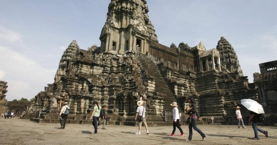 Turistas visitam o templo de Angkor Wat, na província de Siem Reap (Camboja), que comemora até domingo (15) seu ano novo khmer