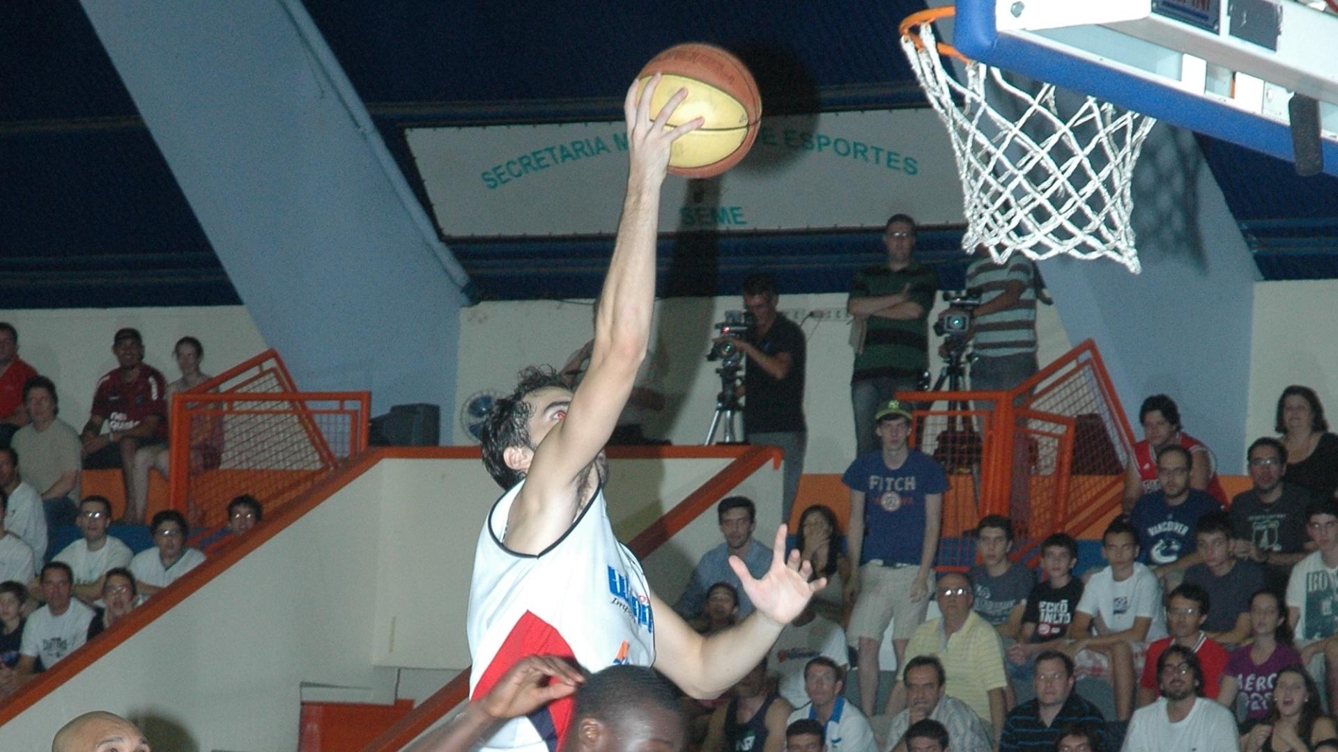 Vitor Benite anota dois pontos para o Limeira contra o Joinville (13/04/12)