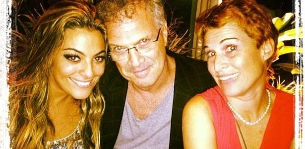 A ex-BBB Monique postou no Twitter uma foto com o apresentador Pedro Bial e sua namorada, Roberta Rodrigues. Monique escreveu sobre a imagem: