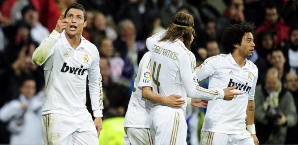 Cristiano Ronaldo (esq.) fez um dos gols da vitória de virada do Real sobre o Gijón