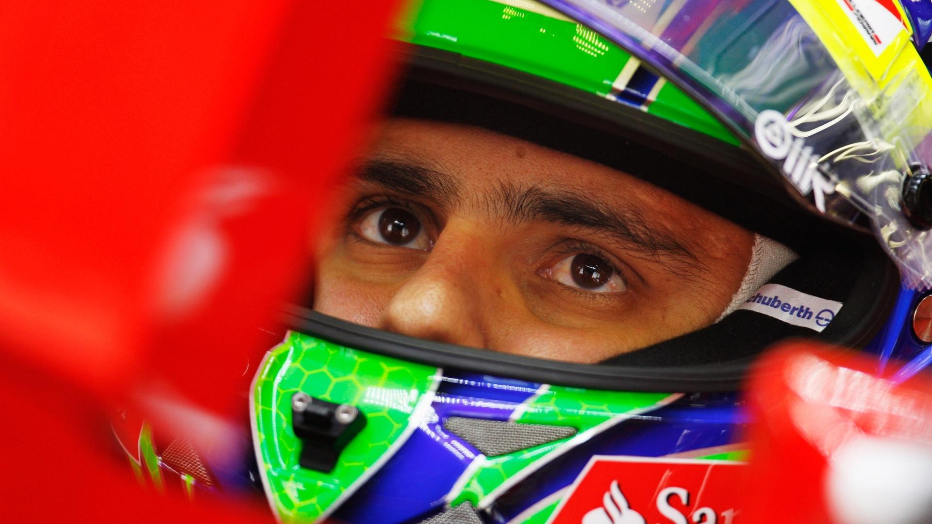 Felipe Massa se concentra no cockpit da Ferrari durante treino para o GP da China; brasileiro vai largar em 12º