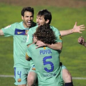 : Barça vira com 2 de Messi em vitória polêmica, e chega 'vivo' contra o Real