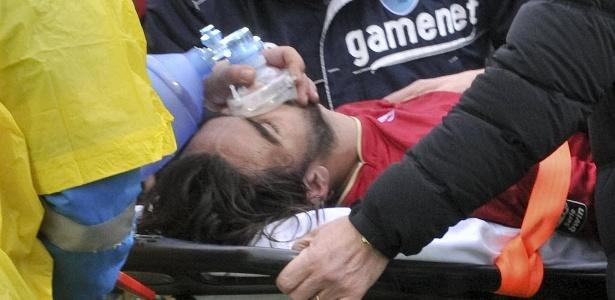 Morosini é retirado de maca do campo após sofrer parada cardíaca na Itália