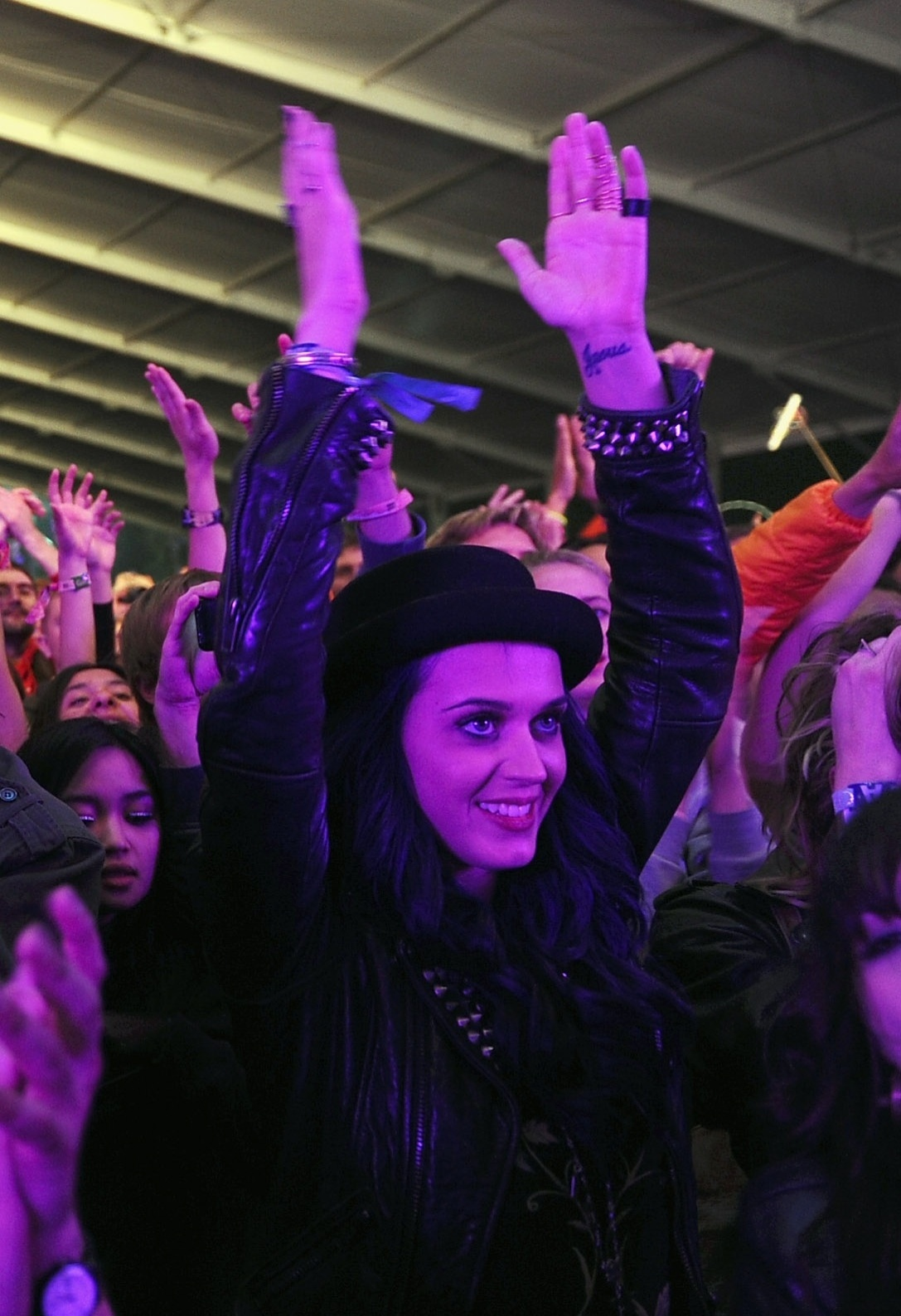 No meio do público, a cantora Katy Perry aplaude a apresentação da banda eletrônica M83 no festival Coachella, em Indio, Califórnia (13/4/12)