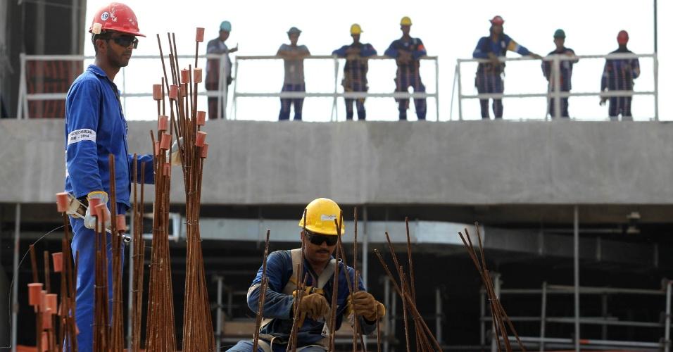 Operários trabalham durante a primeira visita pública no Maracanã (14/04/2012)
