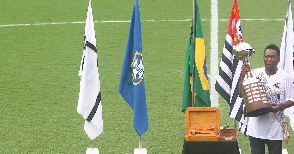 Pelé ergueu a taça da Libertadores durante festa do Centenário na Vila (14/04/2012)