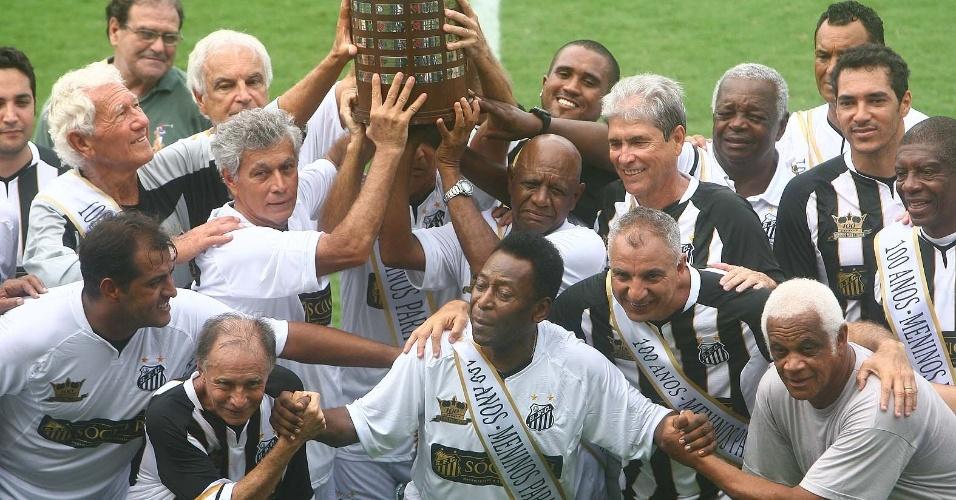 Pelé tira foto com veteranos do Santos na festa do centenário na Vila Belmiro (14/04/2012)