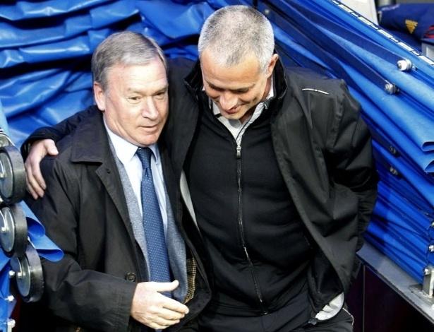 Técnico do Real Madrid, José Mourinho (d) abraça Javier Clemente (e), técnico do Sporting Gíjon