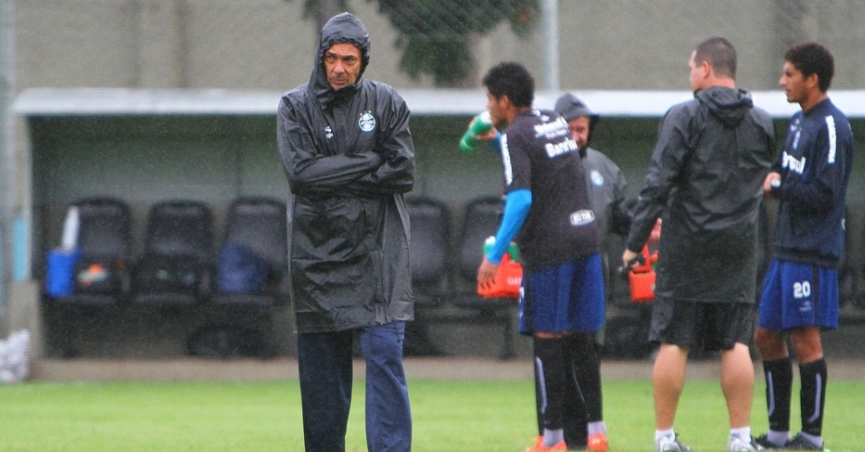 Técnico Vanderlei Luxemburgo durante o treinamento do Grêmio neste sábado no suplementar do Olímpico (14/04/2012)
