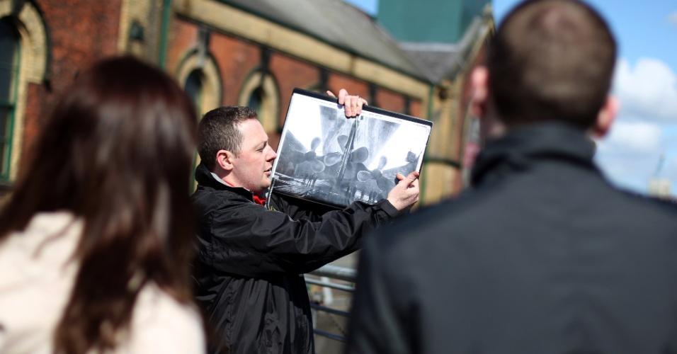 Turistas ouvem explicações de guia na doca de Thompson, em Belfast (Reino Unido), durante os eventos de comemoração de 100 anos do naufrágio do Titani