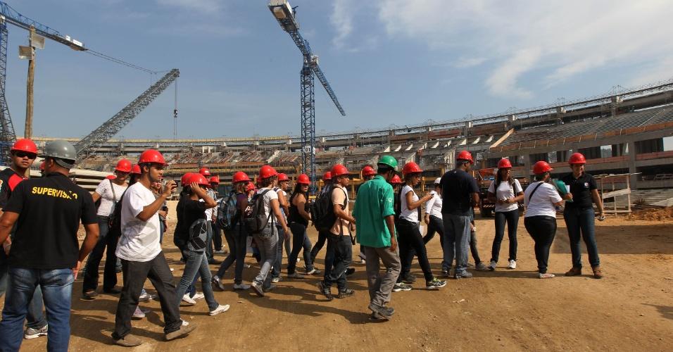 Visitantes acompanham primeira pública aberta às obras do Maracanã (14/04/2012)