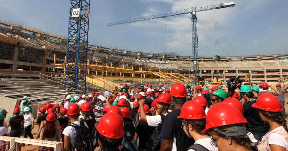 Visitantes acompanham primeira visita pública às obras do Maracanã (14/04/2012)