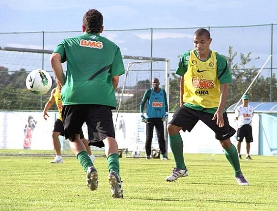Volante Júnior Urso, em treinamento no Coritiba